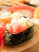 Smetana sushi s tuňákem kolem sushi set — Stock fotografie