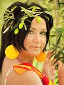 Kobiety w obraz oliwkowy nimfa — Zdjęcie stockowe