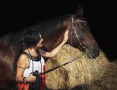 Porträt von jungen Mädchen mit Pferd in der Nähe von Heu — Stockfoto