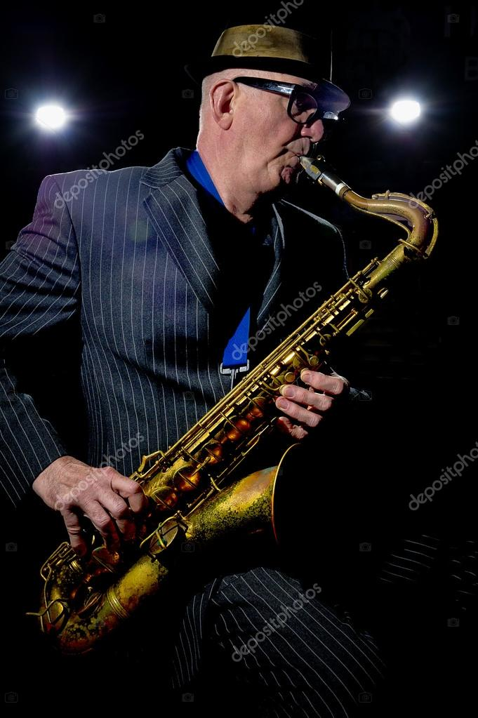 Musician Bob Swift playing the tenor saxophone during a gig at the Greystones with his four-piece rhythm &amp; blues band &quot;The Hummingbirds&quot; in Sheffield, March 23 2012.  Lizenzfreies Foto #12940865