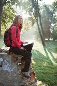 Femme de randonneur avec carte en mains dans le parc du matin — Photo