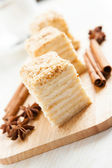 Cake Napoleon of puff pastry close-up and cinnamon — Stock Photo