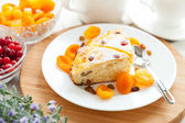 Curd pudding with dried apricot and raisins close-up on a plate — Stock Photo