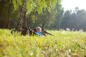 Young girl cyclist enjoying relaxation — Stockfoto