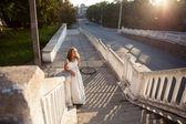 Panna młoda piękna dziewczyna w białej sukni w promienie słońca — Zdjęcie stockowe