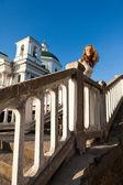 Mladá žena v bílých šatech v konkrétní města poblíž templ — Stock fotografie