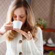 Beautiful gir drinking coffee. Cup of hot aromatic beverage — Stock Photo