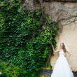 Beautiful bride in a white dress outdoors — Foto Stock