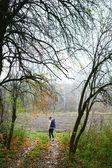 Žena tramp relaxovat na podzimní přírody — Stock fotografie