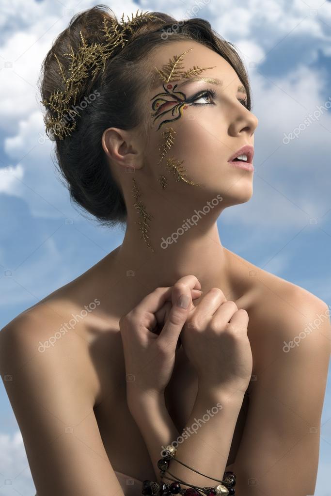 Красивая девушка украшения