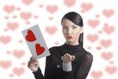 Mooie brunette met valentijn briefkaart verzend een kus — Stockfoto