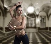 Morena moda jeans com saco grande e a mão perto da cabeça — Foto Stock