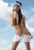 Sexy morena con pantalones cortos y sombrilla dio vuelta a la derecha — Foto de Stock