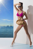 Hermosa morena con bikini y brazo en la parte delantera — Foto de Stock