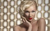Sexig kvinna poserar som en diva — Stockfoto