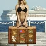 сексуальная женщина с ретро сумка — Стоковое фото