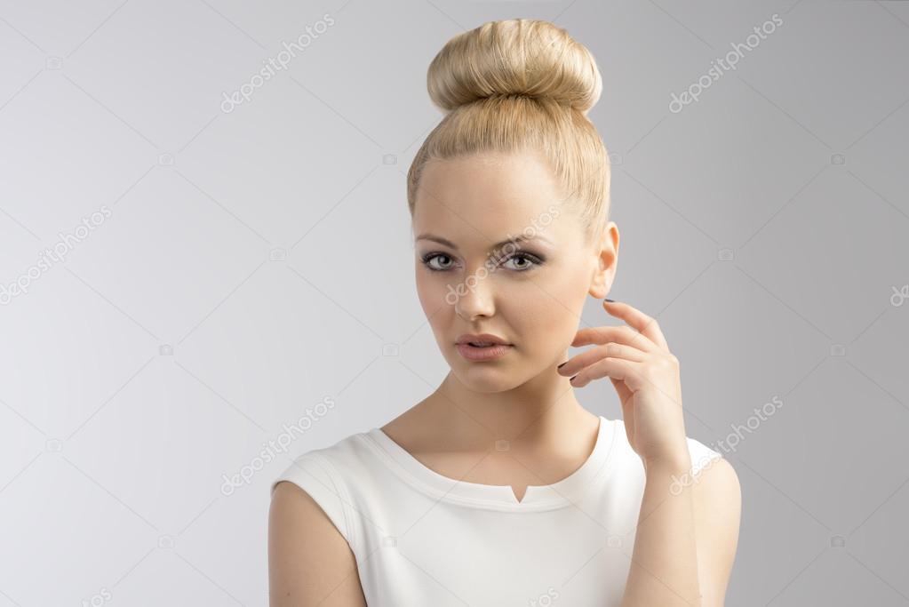 Блондинка с причёской