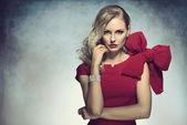 Elegantní dívka hledá v kameře v červené barvě — Stock fotografie