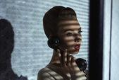 时尚与复古的接收机的女孩 — 图库照片
