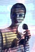 Mujer elegante con teléfono vintage — Foto de Stock