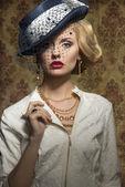 Jovem mulher com estilo em jóias — Fotografia Stock