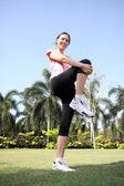 Güzel bir kadın açık havada egzersiz park — Stok fotoğraf