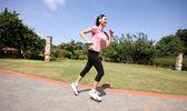 Mulher bonita, correndo ao ar livre — Foto Stock