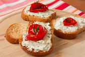 Bruschetta with blue cheese and bell pepper — Stock Photo