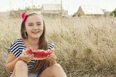 Ritratto di ragazza di 9 anni mangiando anguria — Foto Stock