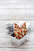Ginger snaps in silver gift box — Stockfoto