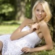 Blond wonam in de tuin — Stockfoto