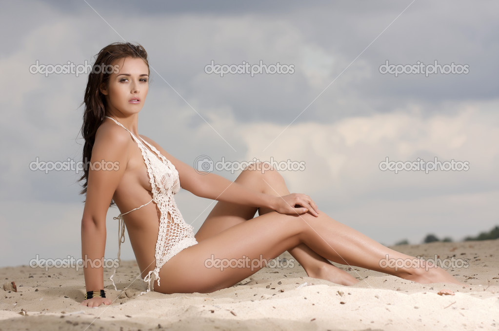 Young fashion pretty brunette sexy woman in white bikini on the beach — Stock Photo #13735721