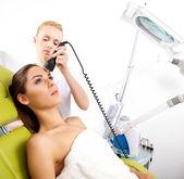 Femme ayant un traitement facial stimulant d'un thérapeute — Photo