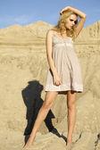 有吸引力和淫荡女人在沙漠中跳舞 — 图库照片
