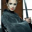 Foto Stock: Beautiful japanese kimono woman with samurai sword