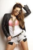 Schöne erwachsene sinnlichkeit frau in schwarzer jacke und sonnenbrillen — Stockfoto