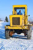 Kar üzerinde büyük traktör — Stok fotoğraf