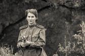 赤い軍隊フォームで若い女性 — ストック写真
