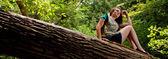 Aventurera en un tronco — Foto de Stock