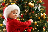 男孩装饰圣诞树 — 图库照片