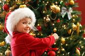Ragazzo decorazione albero di natale — Foto Stock