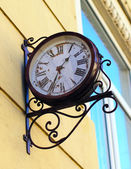 Outdoor analog wall clock — 图库照片