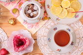Warm cup of tea and sweets — Stock fotografie