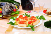 Caviar rouge et esturgeon cuit avec des légumes — Photo