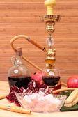 Cachimbo de água, vinho e doces — Fotografia Stock