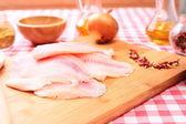 Syrové ryby tilapie na prkénko a koření — Stock fotografie