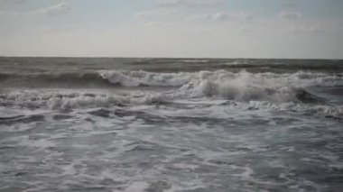 The raging sea, the waves and the blue sky — Stock Video