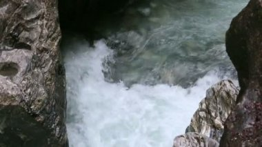 The Liechtensteinklamm gorge with stream and waterfalls in Austria. — Vídeo de stock