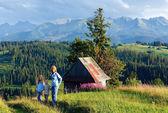Arredores de aldeia de montanha de verão e família para caminhar — Foto Stock