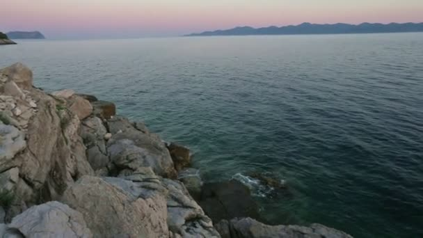 Noche verano Costa y puesta de sol pink (Croacia) — Vídeo de stock